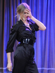 cameron-diaz-jimmy-fallon-dance-off-07[1]