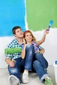 14170801-casal-jovem-e-feliz-pintura-na-cor-branco-da-parede-de-sua-nova-casa-verde-e-azul